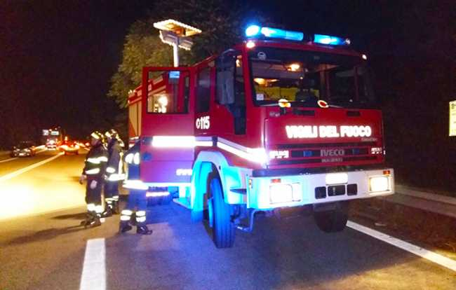 vigili fuoco superstrada notte